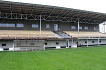 Tribuna mohelnického fotbalového stadionu, stav z 24. října 2015.