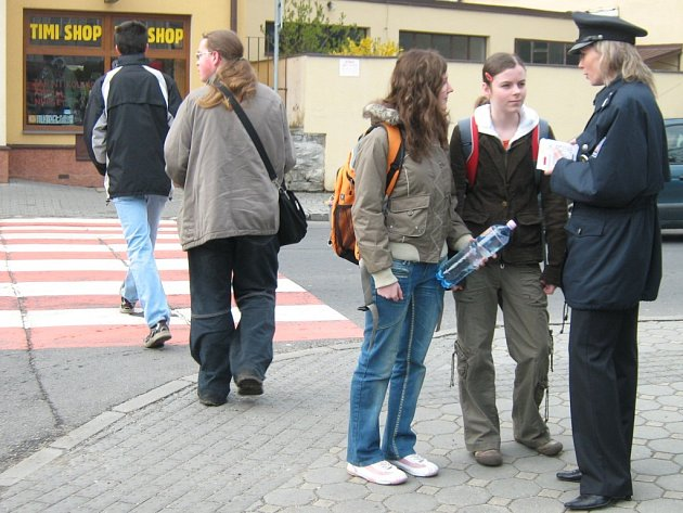 Jak správně přecházet silnici? Co je povinností chodce? Jakých chyb se vyvarovat? Na tyto a další otázky se v pondělí zaměřili policisté v Jeseníku, kteří se zapojili do preventivního projektu Zebra se za Tebe nerozhlédne.