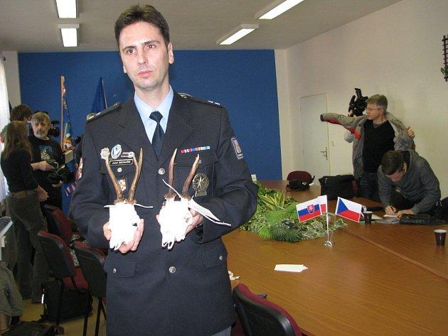 Mluvčí policie Josef Bednařík ukazuje trofeje, které kriminalisté našli při domovní prohlídce u třicetiletého pytláka.