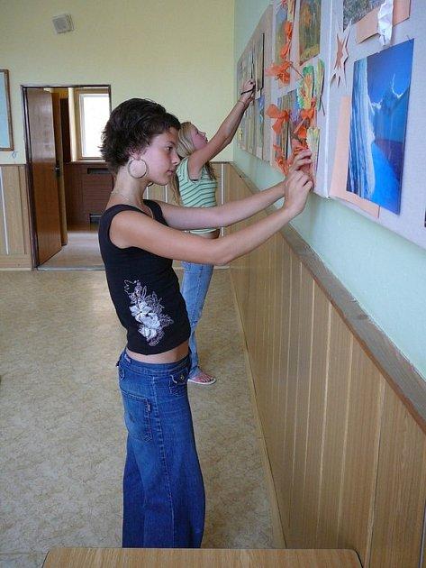 Do přípravy výzdoby ve třídách se na I. základní škole v Šumperku zapojili dobrovolně také zdejší žáci.
