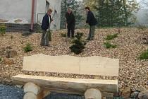 Zahradnice pilně pracují na zvelebení obce. V novém parčíku přímo u školy jsou i nové lavičky.