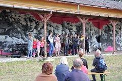Opuštěnou železniční stanici ve Vidnavě zdobí umělecká díla
