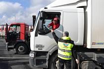 Policisté v Jeseníku kontrolovali kamiony. Bezproblémové řidiče odměnili zástupci BESIPu malým dárkem.