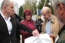 Jednatel firmy Medist Jiří Sedláček vysvětluje lidem při veřejném projednání, jak má budoucí areál Domova seniorů v kasárnách vypadat.