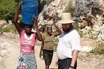 Zábřežský děkan František Eliáš řídil při návštěvě vesnice na Haiti stavbu mola.