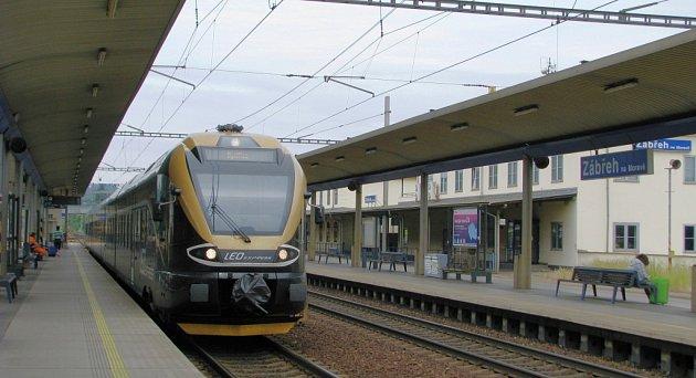 Černozlaté soupravy soukromého dopravce Leo express zatím stanicí Zábřeh na Moravě jen projíždějí. Od poloviny prosince, kdy začne platit nový jízdní řád, tady začnou i zastavovat.