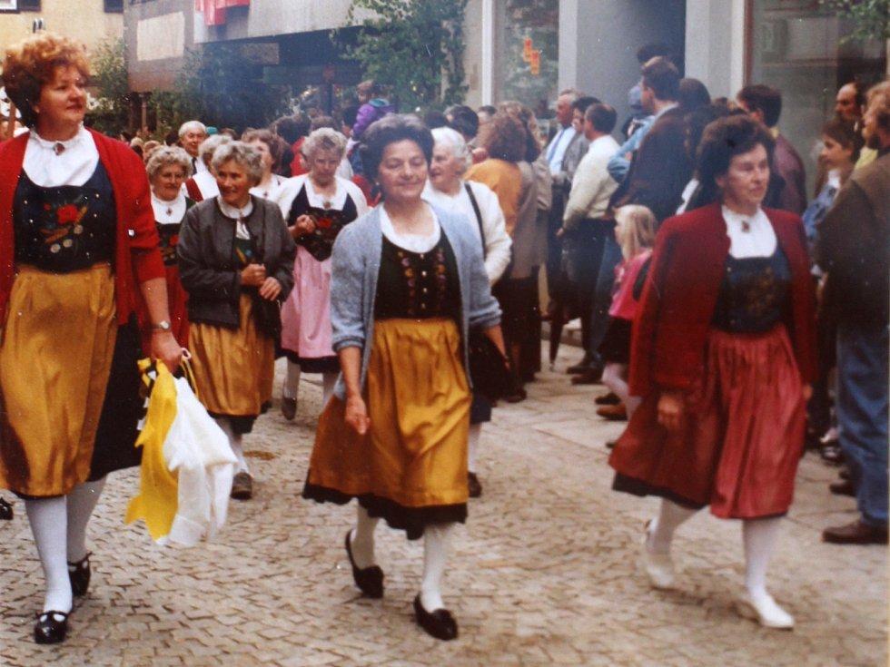 Tradiční javornické kroje dnes nosí rodáci z tohoto kraje, kteří žijí v Německu