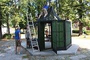 Instalace voliéry na náměstí Svobody v Jeseníku.