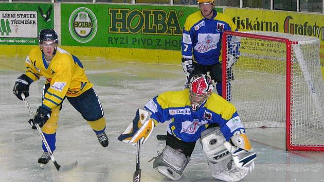Junioři Mladých Draků (ve žlutém dresu je obránce Novotný) stále neprohráli.