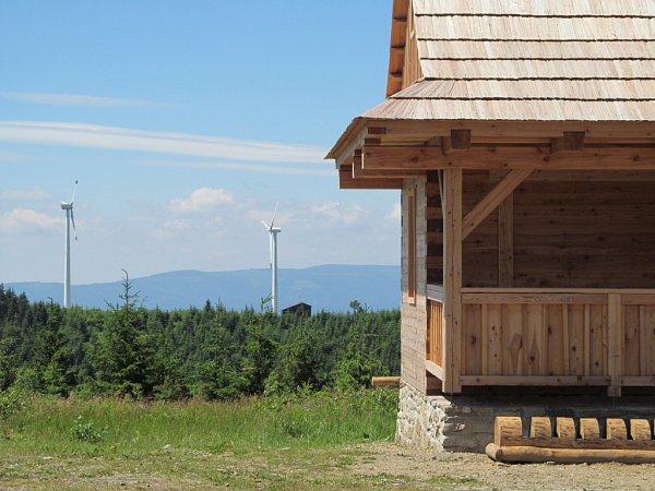 Nový přístřešek na Medvědí, který se nachází na turistickém stanovišti Pod Horní nádrží Dlouhých strání ve výšce 1180metrů nad mořem