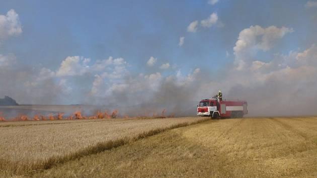 U Úsova hořelo pole.