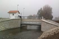 Rozdělovací objekt v korytě Třebůvky při velkém průtoku řeku zahradí a nasměruje vodu do odlehčovacího koryta