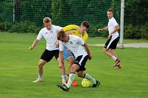 Hokejisté Šumperku (v bílém) si opět zahráli fotbal proti béčku Rapotína