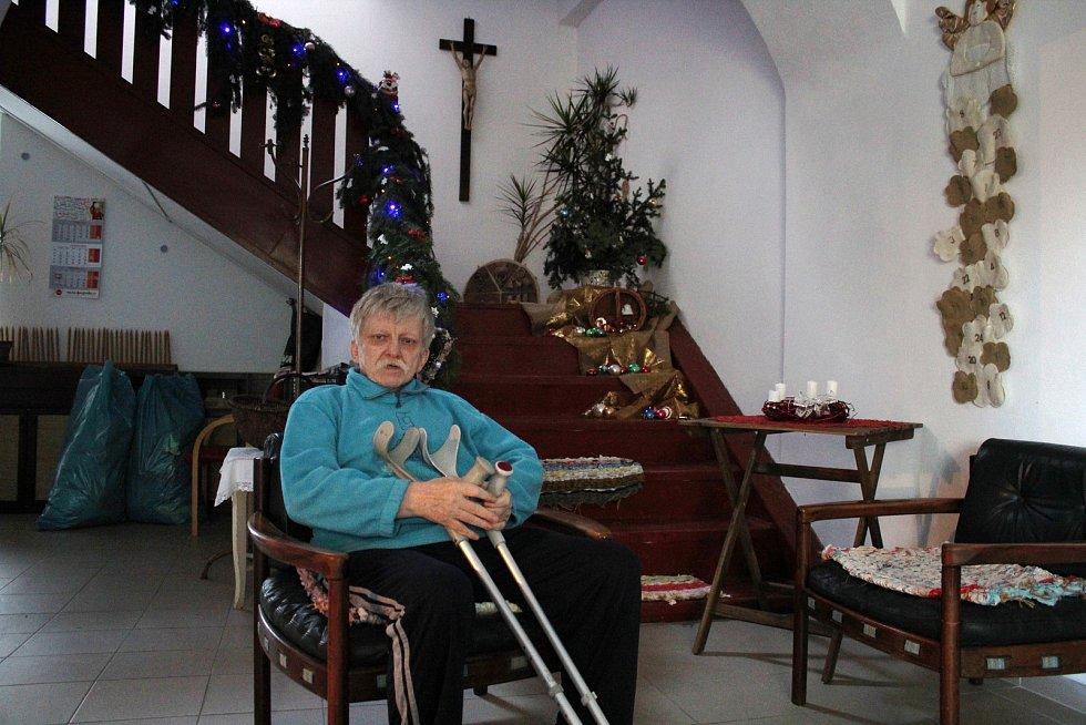 Domov pokojného stáří svatého Františka se dočasně přestěhoval do bývalého zámečku ve Vlčicích.