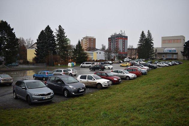 Parkoviště ukulturního domu vZábřehu.