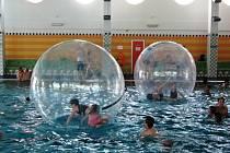 Aquazorbing na bazénu v Zábřehu.