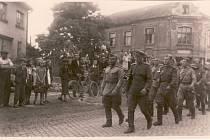 Obyvatelé Postřelmova vírají Rudou armádu na prostranství u odbočky na Chromeč.