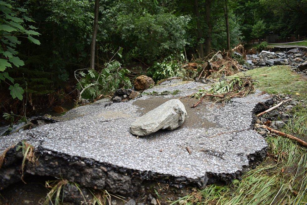 Bělá pod Pradědem - Bělá. 19. července, den po bleskové povodni. Cestu k Vysokému vodopádu a na Švýcárnu poničil Studený potok.