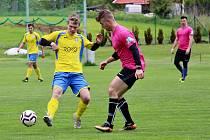 Hokejisté Šumperku (v růžovém) si zahráli fotbal proti Rapotinu
