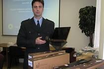 Krajský mluvčí policie Josef Bednařík ukazuje notebooky, kteří podvodníci objednávali na internetu.