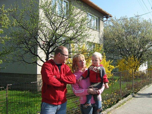 Martin Sumec s rodinou se přišel podívat na dům, které jim chce město prodat