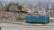 Na místě staré sportovní haly v Jeseníku má vzniknout nová stavba. Na snímku ze 4. dubna konečná fáze demolice.