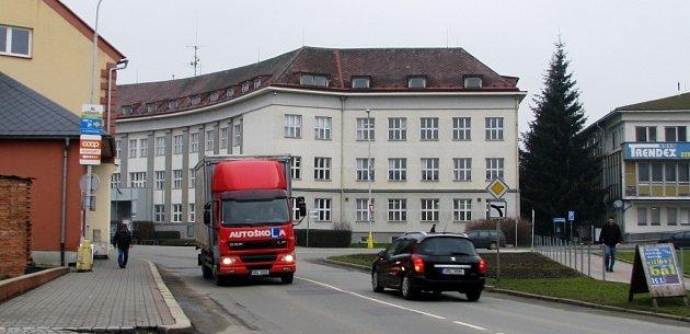 Frekventovaná křižovatka ulic ČSA a Postřelmovské v centru Zábřeha, přes níž projedou denně tisíce aut, se změní na kruhový objezd. Stavět se má začít v květnu, hotovo bude v září.