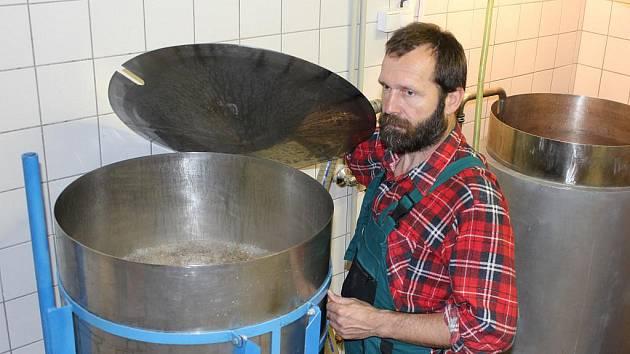 Stanislav Orel ve varně svého nového minipivovaru v Jeseníku