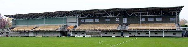 Tribuna mohelnického fotbalového stadionu, stav z24. října 2015.