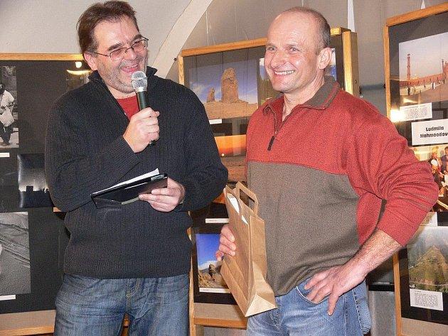Zdeněk David (vlevo) představuje na vernisáži jednoho z vystavujících autorů – horolezce Zdeňka Mikulu z Postřelmova