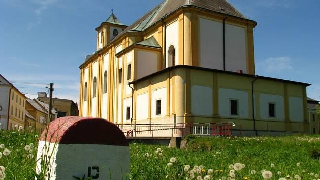 Kostel Bílé Vodě (na snímku) spolu s přilehlým areálem bývalého internačního kláštera pro řeholnice leží jen pár metrů od státní hranice