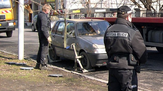 Při jarním úklidu v Šumperku občas musí odtáhnout z čištěných ulici i parkující auta. Ilustrační foto
