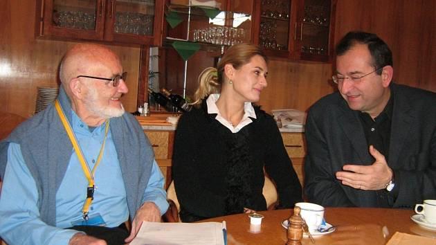 Oldřich Vinař (zcela vlevo) při diskusi s mluvčí konference Monikou Klírovou a Cyrilem Höschlem.