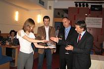 Petr Procházka (druhý zprava) si za kmotra své knihy vybral primátora hlavního města Prahy Pavla Béma (zcela vpravo).