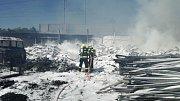 Černý dým se ve čtvrtek 1. června vznášel nad Zábřehem. Před půl jednou odpoledne se v areálu soukromé firmy v ulici U Sázavy rozhořel plastový odpad