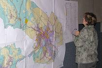 Žena si prohlíží mapu na veřejném projednání plánu letos v březnu v kině Retro v Zábřehu