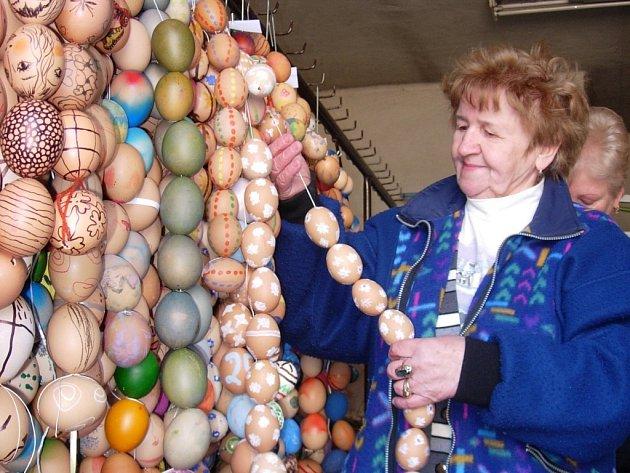 Navlékání kraslic na šňůrky trvalo včera osmi ženám celý den.