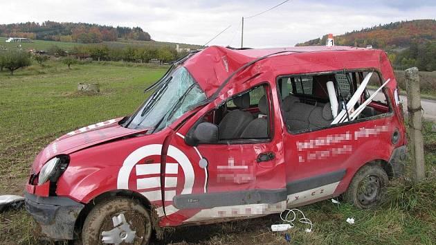 Takhle skončil renault nedaleko Klopiny poté, co nedokázal předjet autobus
