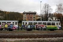 Kvůli vandalovi připomínají teď vagony Železnice Desná spíše cirkusové maringotky.