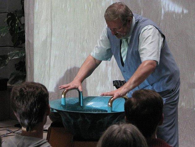 Biotronik Tomáš Pfeiffer hraje na vodnářský zvon