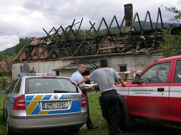 Trosky domu po požáru