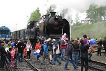 Návštěvníky slavnosti přivezl do Jeseníku historický vlak v čele s parní lokomotivou řady 464.008 zvanou Ušatá.