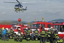 Stovka hasičů ze sedmnácti dobrovolných jednotek na Šumpersku si v sobotu 16. dubna vyzkoušela plnění speciálního bambivaku pod vrtulníkem, který slouží při hašení rozsáhlých lesních požárů.