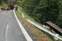 Řidič nákladního vozu nezvládl na Červenohorském sedle zatáčku, kontejner plný šrotu skončil v lese.