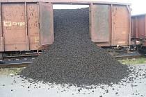 Neznámý pachatel uvolnil u vagónů dveře, do kolejiště se vysypaly tuny uhlí.