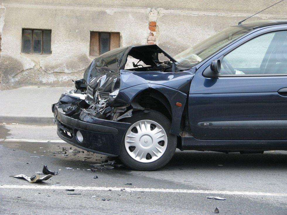 Nehoda se stala v úterý odpoledne v Šumperku, havaroval i policejní vůz.