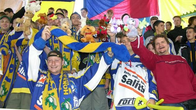 Fanoušci draků mávají plyšovými hračkami před zahájením utkání s Jihlavou. Plyšáky pak diváci házeli na led při prvním gólu