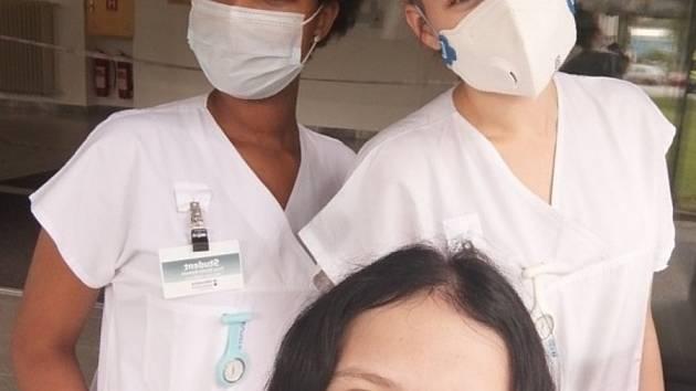 Studentky pomáhající v jesenické nemocnici. Sheila (vlevo vzadu), Dominika (uprostřed) a Markéta.