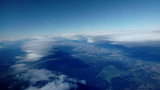 Pohled z kokpitu bezmotorového letadla, jaký se naskýtá pilotovi při dálkovém přeletu.