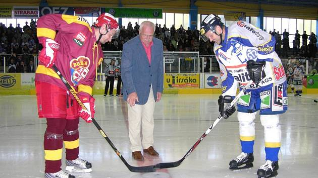 Prezident Klaus vhodil čestné buly mezi kapitána Jihlavy Oldřicha Bakule (vlevo) a kapitána Draků, dvojnásobného mistra světa Romana Meluzína.